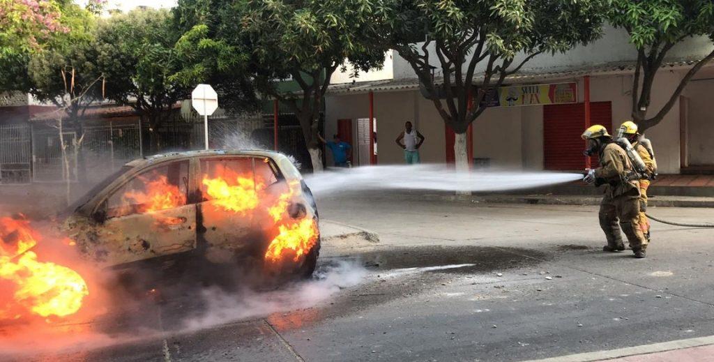 Taxi incendiado en barrio Bastidas, Santa Marta